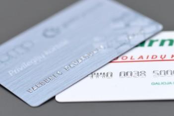 Kintantys skaičiai ar vardai ant plastikinių kortelių
